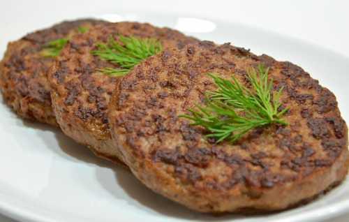 Мясо нарезать на небольшие кусочки, не толще см