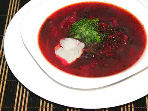 Рецепт классический предполагает, этот суп должен подаваться на стол холодным, со сметаной и зеленью