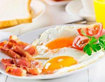 Рецепты яичницы с беконом, секреты выбора