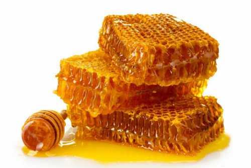Хранение меда в условиях квартиры возможно также в деревянной или металлической посуде